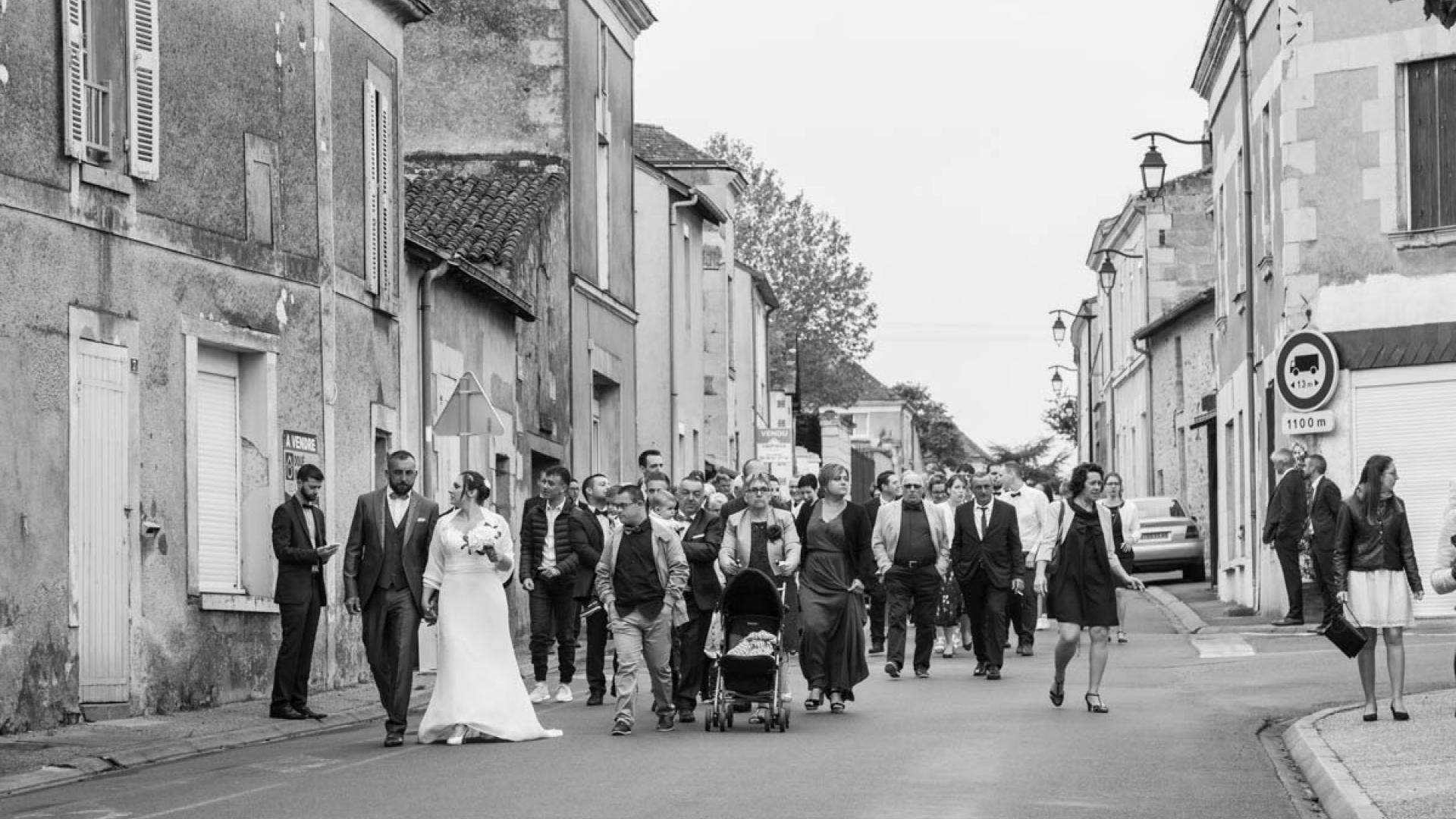Le cortège dans les rues de Nueil-sur-Layon
